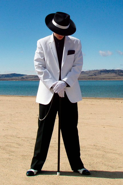 planos-de-encuadre-plano-total-traje-blanco-y-negro-sombrero