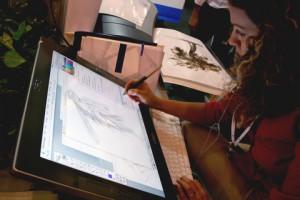 diseñadora gráfica trabajando en tableta digital