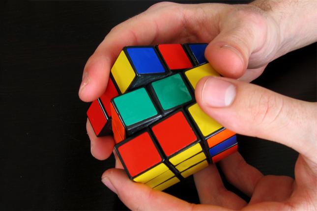 hombre resolviendo cubo de rubik