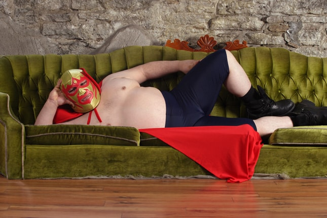 Mexican wrestler lying on a couch por © sumnersgraphicsinc | Cortesía Fotolia