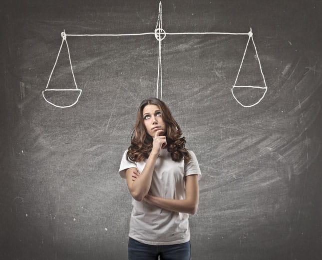 pensamientos equilibrados o mujer indecisa