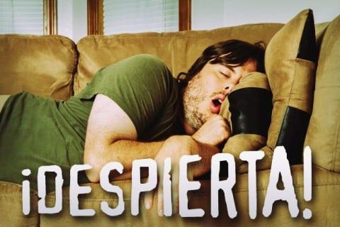 hombre tomando una siesta en el sofá